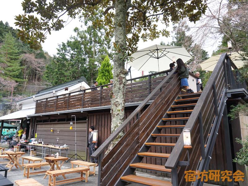 覚林坊の桜寺栖(テラス)階段