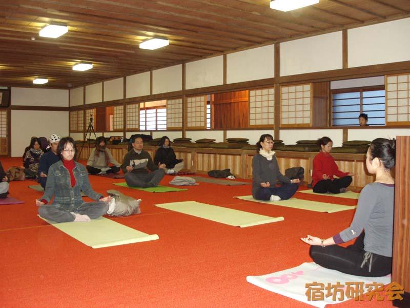 大陽寺のヨガ体験