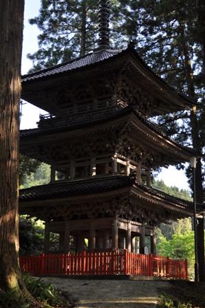 日石寺の三重塔