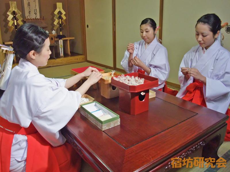 川越氷川神社の巫女さんによる『縁結び玉』作成場面