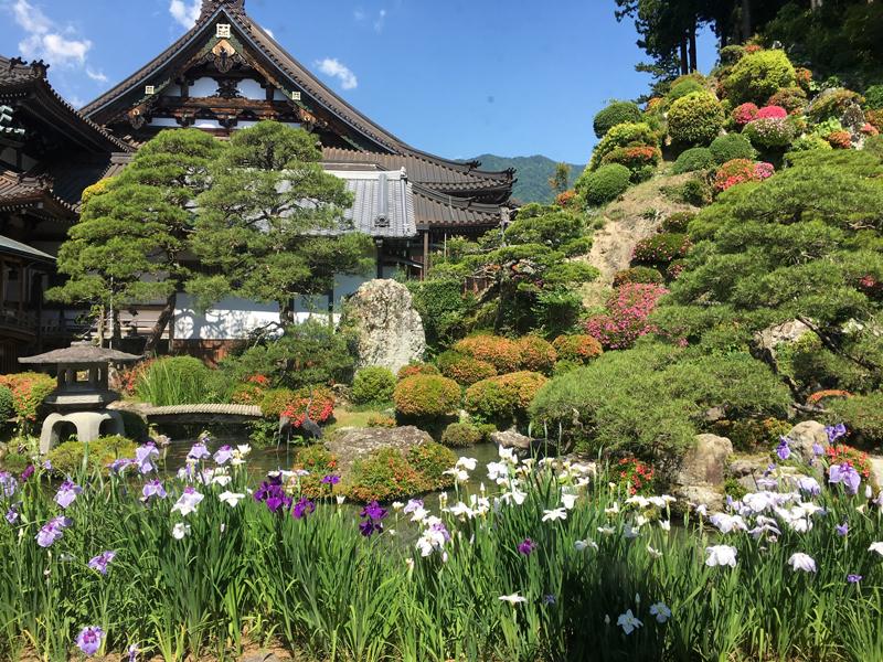 身延山久遠寺の水鳴楼前庭