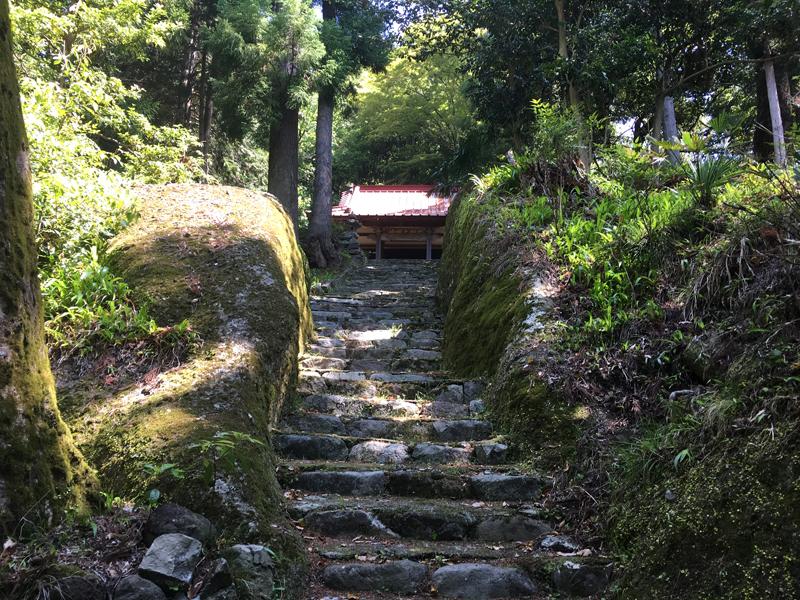 石割稲荷の割れた岩(参道)