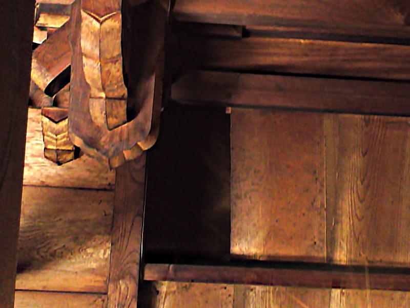 松尾観音寺の龍の通り穴