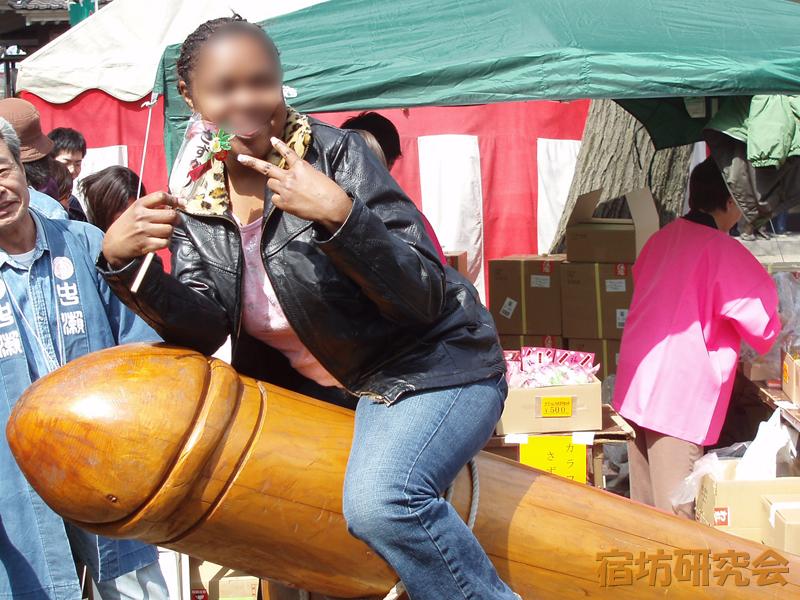 金山神社のご神体に乗る女性