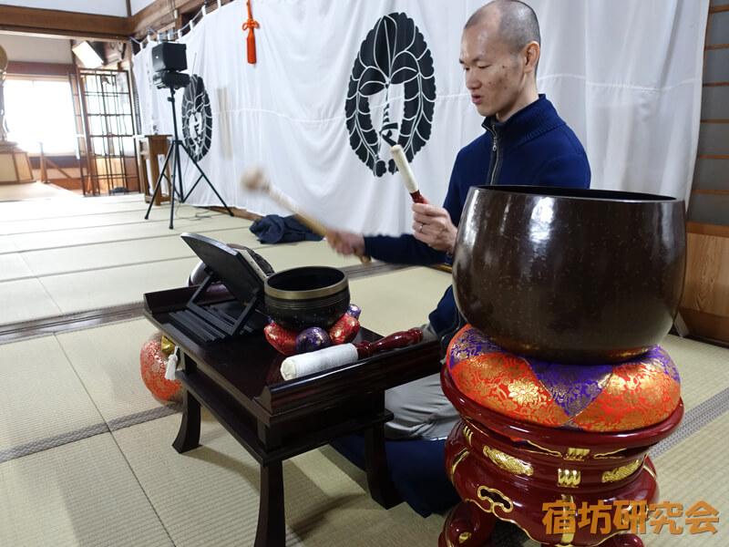 長福寺の仏具鳴らし体験