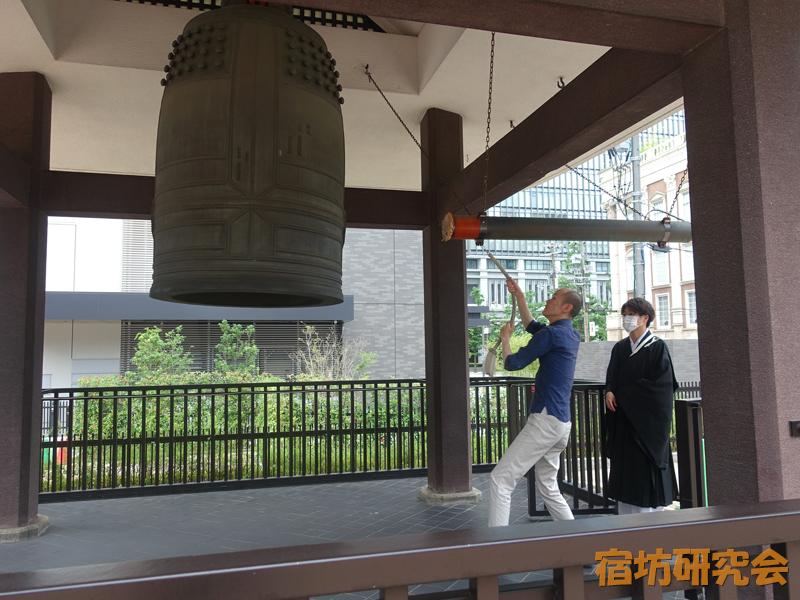 南御堂(山門一体型ホテル)の鐘撞き体験